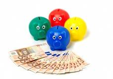 euro nota 50 a forma di ventaglio e porcellini salvadanaio Immagine Stock Libera da Diritti