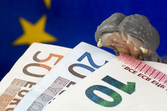 10 euro nota in mond van een hippobeeldje Stock Afbeeldingen