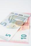 Euro nota vijf tien met euro muntstuk Stock Afbeelding