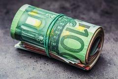Euro- notas com reflexão Euro- moeda Euro- dinheiro Close-up de cédulas roladas de um Euro na tabela concreta ou de madeira Imagens de Stock