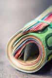 Euro- notas com reflexão Euro- moeda Euro- dinheiro Close-up de cédulas roladas de um Euro na tabela concreta ou de madeira Fotografia de Stock