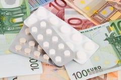 Euro- notas de banco com medicinas Fotografia de Stock Royalty Free