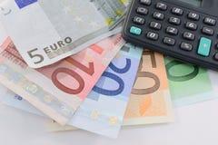 Euro- notas de banco e calculadora Fotos de Stock Royalty Free