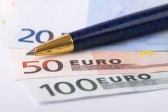 Euro- notas de banco e pena Fotografia de Stock Royalty Free