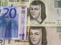 20 euro- notas e 400 pesos de México, de fundo e de textura Fotografia de Stock