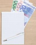 Euro note accanto al blocco note Fotografia Stock Libera da Diritti