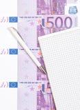Euro note accanto al blocco note Immagini Stock
