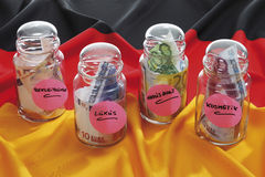 Euro note in bottiglie sulla bandiera tedesca Fotografia Stock Libera da Diritti