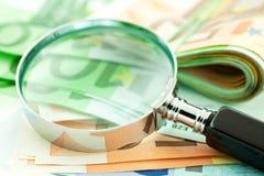 Euro note con il magnifier Immagine Stock