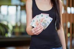 Euro note dei soldi della giovane tenuta caucasica dei soldi Fotografie Stock Libere da Diritti