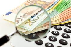 Euro notes avec la calculatrice et la loupe Photographie stock