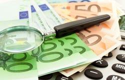 Euro notes avec la calculatrice et la loupe Photo libre de droits