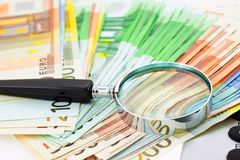 Euro notes avec la calculatrice et la loupe Photos libres de droits