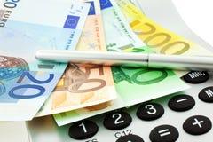 Euro notes avec la calculatrice et le crayon lecteur Photographie stock