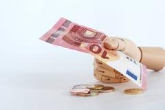 Euro notes dans hand-8 en bois Photographie stock libre de droits