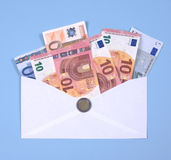 Euro notes dans l'enveloppe Image libre de droits