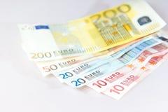 Euro notes se trouvant sur d'autres notes avec le fond blanc Images libres de droits