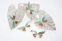 Euro notes sous forme de papillons sur la feuille éclatante décorative Photos libres de droits