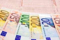 Euro notes sur un journal financier Image libre de droits