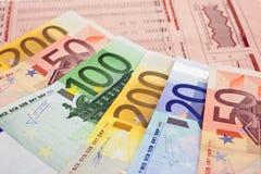 Euro notes sur un journal financier Images libres de droits
