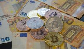 Euro- och Bitcoin BTC mynt på räkningar av eurosedlar Worldwid Royaltyfri Foto