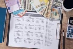 euro- och dollarräkning-, räknemaskin-, bläckpenna- och myntpengar Royaltyfria Bilder