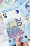 20 euro op hand Stock Foto's