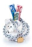 Euro in padlocked piggy Querneigung stockfotografie