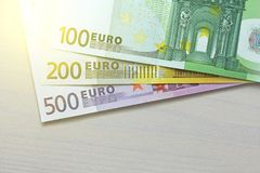 Euro Pappers- sedlar av euroet av olika valörer - 100, Arkivbild