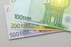 Euro Pappers- sedlar av euroet av olika valörer - 100, Arkivbilder