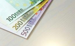 Euro Pappers- sedlar av euroet av olika valörer - 100, Royaltyfria Foton