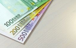 Euro Pappers- sedlar av euroet av olika valörer - 100, Royaltyfri Bild