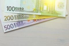 Euro Pappers- sedlar av euroet av olika valörer - 100, Arkivfoto