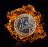 Euro pièce de monnaie avec des flammes du feu Photos libres de droits