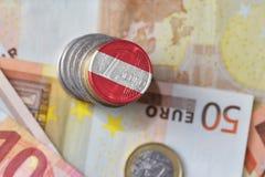 Euro pièce de monnaie avec le drapeau national de l'Autriche sur l'euro fond de billets de banque d'argent images stock