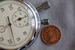 Euro pièce de monnaie avec une dénomination de deux euro cents (arrière) et de chronomètre sur le contexte gris de denim - fond d Photographie stock libre de droits