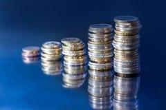 euro pièce de monnaie comme graphique de gestion sur le bleu noir Photos stock