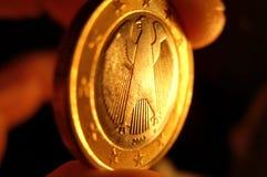 Euro pièce de monnaie dans une main photos libres de droits
