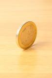 Euro pièce de monnaie sur le bois photographie stock libre de droits