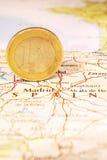 Euro pièce de monnaie sur une carte de l'Espagne Photos stock