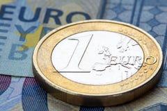Euro pièce de monnaie sur vingt euro notes Image stock