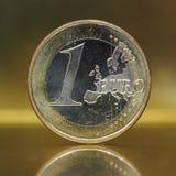1 euro pièce de monnaie, Union européenne au-dessus de fond d'or Images libres de droits