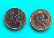 1 euro pièce de monnaie, Union européenne, Autriche au-dessus de vert-bleu Photographie stock