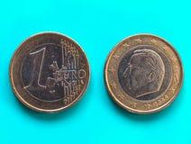 1 euro pièce de monnaie, Union européenne, Belgique au-dessus de vert-bleu Photos stock