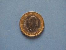 1 euro pièce de monnaie, Union européenne, Espagne au-dessus de bleu Image stock