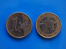 1 euro pièce de monnaie, Union européenne, Estonie au-dessus de bleu Image stock
