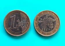 1 euro pièce de monnaie, Union européenne, Estonie au-dessus de vert-bleu Image stock