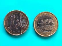 1 euro pièce de monnaie, Union européenne, Finlande au-dessus de vert-bleu Images stock