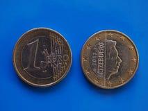 1 euro pièce de monnaie, Union européenne, Luxembourg au-dessus de bleu Images stock
