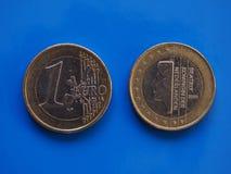 1 euro pièce de monnaie, Union européenne, Pays-Bas au-dessus de bleu Photos stock